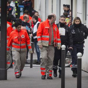 Sjukvårdspersonal på plats vid Charlie Hebdo.