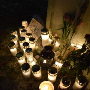 Minnesstund i Helsingfors för offren i terrorattacken mot Charlie Hebdo