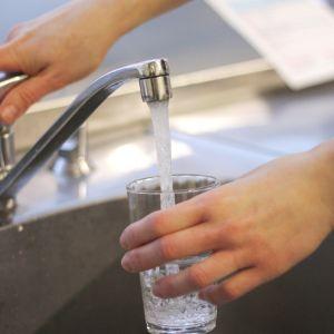 tappa vatten ur kran