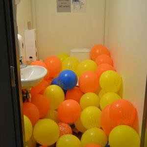 Högstadiets toalett är fylld av ballonger.