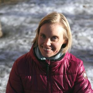 Heidi Lindqvist puistossa, PK, hymyillen