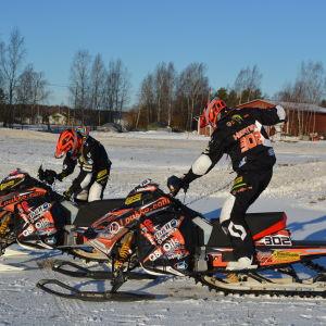 Linn Sjöberg och Viktor Hertén laddar för träning.