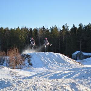 Ypperliga träningsförhållande på åkern utanför huset i Vexala för Hertén och Sjöberg.