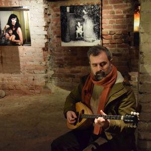 Evangelos Velentzas spelar bouzuki