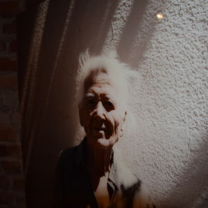 Ett foto på 82-åriga Argiro som får mathjälp av kyrkan