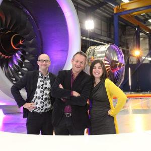 Mark Miodownik, Michael Mosley ja Cassie Newland Rolls Roycen lentokonemoottoritehtaalla