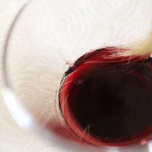 Doppa håret i rödvin.