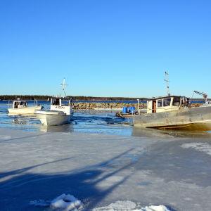 Fiskebåtar agerar isbrytare i Fjärdskärs fiskehamn