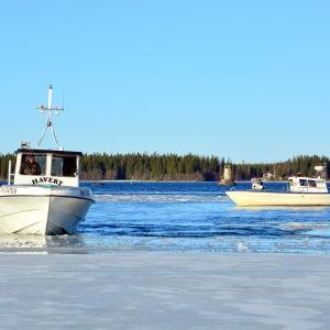 Två fiskebåtar vid isranden