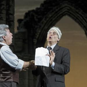 Ralf Lukas och Michael Kraus somn Hans Sachs och Sixtus Beckmesser i Mästersångarna i Nürnberg.