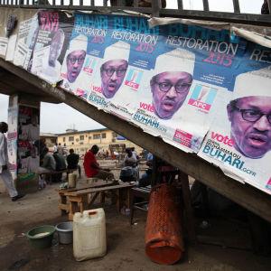 Utmanaren Muhammad Buhari leder rösträkningen efter presidentvalet när två tredjdelar av rösterna har räknats i Afrikas folkrikaste land Nigeria.