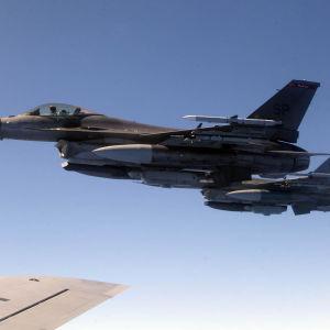 Amerikanskt stridsflygplan av modellen F-16.