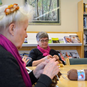 Desirée Kantola och Ancki Skog på stickcafé i Tessjö.