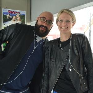 Ståuppkomikern Ali Jahangiri och Teater Viirus administrativa ledare Matilda von Weissenberg.