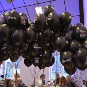 Ballonger på manifestationen mot rasism på teater Viirus.