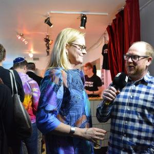 Eva Biaudet intervjuas av Svenska Yles Peter Lüttge.