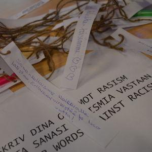 Publiken skrev ord mot rasism under pausen.
