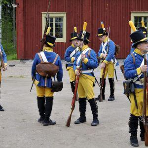 Soldater i Österbottens regementes uniform