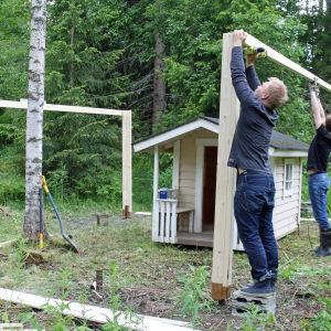 Kanoille rakennetaan katosta.