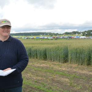 Britt-Marie Olin från Nylands Svenska Lantbrukssällskap berättade om höstspannmål på fältdagen i Västankvarn.