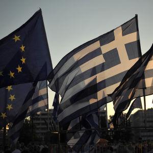 EU:s och Greklands flagga.