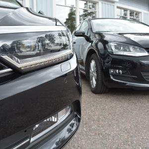 Två bilar på en parkering.