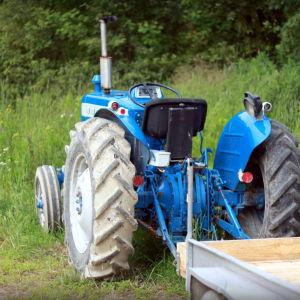Vid jordgubbslandet har traktorn stått redo i tre veckor.