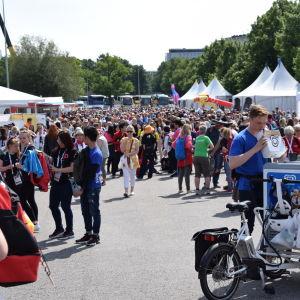 Deltagare och publik utanför Olympiastadion.
