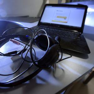 Dator och hörlurar