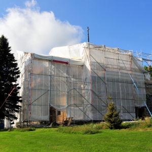 Kvevlax kyrka är inpackad för fasad- och takrenovering.