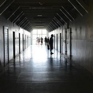 Cellkorridoren på gamla länsfängelset i Åbo under utställningen Valtio+.