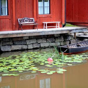 Träbåt och strandbodar i Borgå
