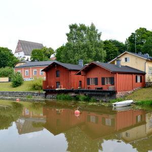 Vy över Borgå domkyrka och strandbodarna