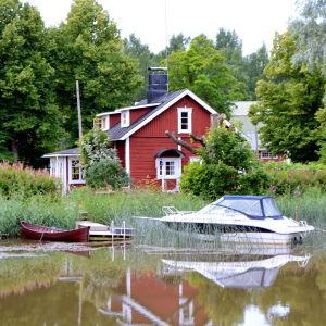 Hus och båtar längs Borgå å