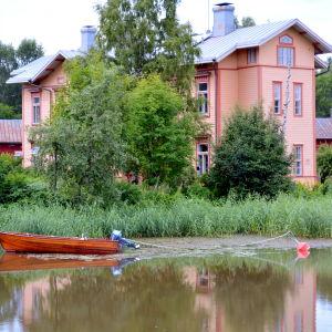 Hus och båt längs Borgå å