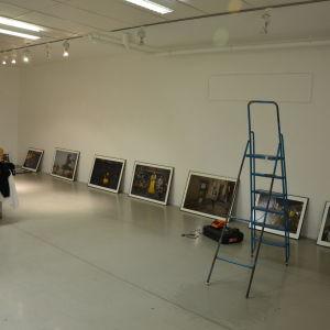 Tre internationellt kända fotojournalister ställer ut i galleri Zebra.