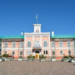 Lovisa rådhus täckt av byggställningar.
