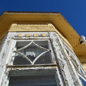 Fönsterdetalj från den skyddade huvudbyggnaden