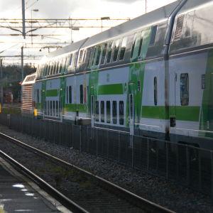 Ett IC-tåg på Karis järnvägsstation.