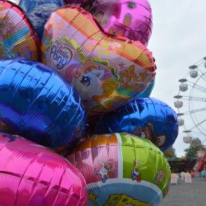 Ballonger med ett pariserhjul i bakgrunden.