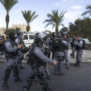 Kravallpolis bevakar östra Jerusalem efter en knivattack