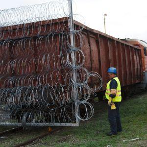 Stängslen av ståltråd monteras upp vid den ungersk-kroatioska gränsen.