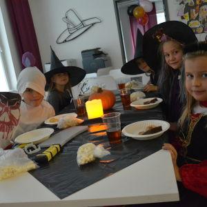 Halloweenfest på Braheskolans eftis i Åbo.