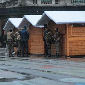Beväpnad polis ute på gatorna i Bryssel.