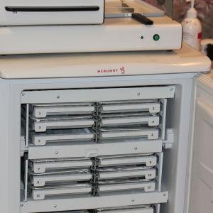 Menumat-automaten med frysfack för maten och ugn ovanpå.