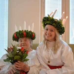 Årets Lucia-mormor Anna Keskimäki och Brages Lucia Hanna Häggblom.