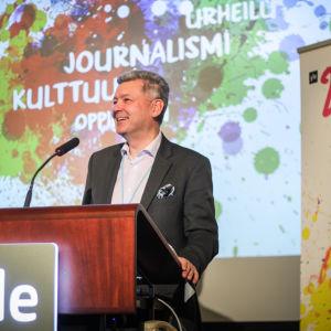 Lauri Kivinen vid ett talarpodium