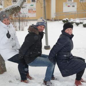 Petra Mannström, Mikko Saarikumpu och Nina Katajainen utövar ett moment i motionsformen Cross Natire