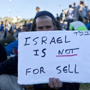 Israelisk bosättare demonstrerar vid Maale Adumim på Västbanken.