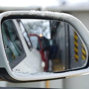 bilar i backspegeln ombord på nagufärjan